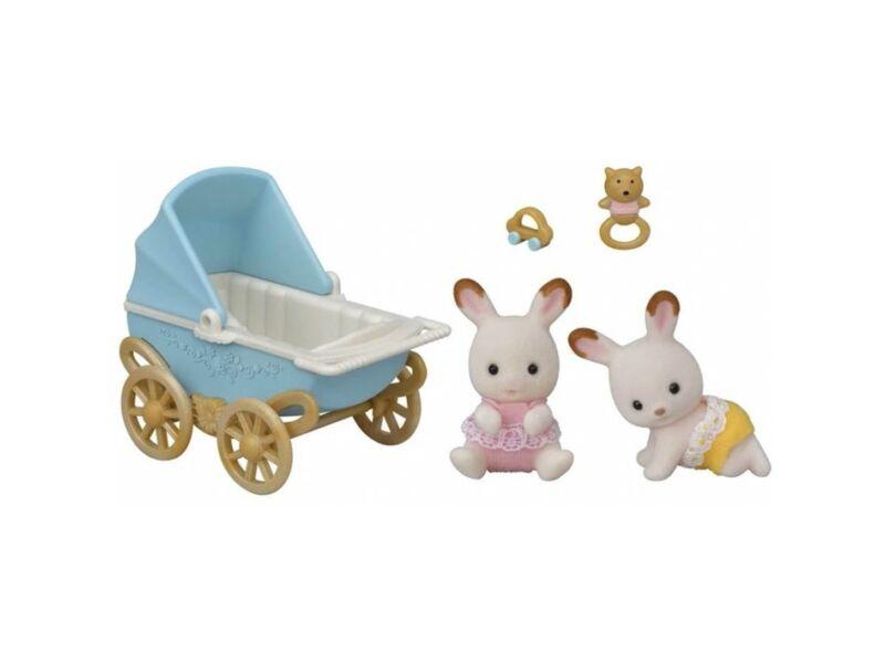 Sylvanian Families csoki nyuszi ikrek klasszikus babakocsival (SLV5432)